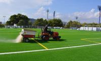 Trabajos de instalación de césped artificial en el campo de fútbol del antiguo Hipódromo, en el Tossal.