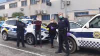Policías locales de Alicante recibiendo una de las donaciones