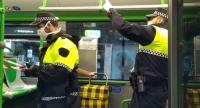 Agentes de la Policía Local realizando controles dentro de los autobuses