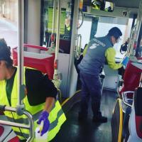 Operarios desinfectando el transporte urbano