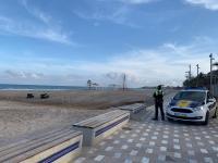 Agentes de la Policía Local controlando el cumplimiento del estado de alarma