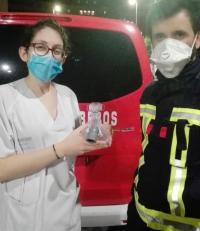 Los bomberos de Alicante fabrican pantallas, batas y codos para respiradores