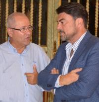El alcalde de Alicante, Luis Barcala, junto con el concejal de Recursos Humanos, José Ramón González