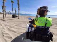 Policía Local patrullando esta mañana en la Playa de San Juan
