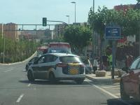 Agentes policiales atienden a una persona