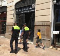 Agentes de la Policía Local patrullando las calles de Alicante