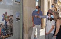 La vicealcaldesa, la Bellea infantil y el concejal de Cultura escuchan las explicaciones de un técnico del Archivo sobre la muestra