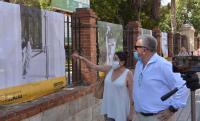 El concejal Antonio Manresa y Catalina Rodríguez, ante algunas de las fotos expuestas en Cigarreras