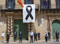 Miembros de la corporación municipal en un instante de los 5 minutos de silencio guardados por los fallecidos a causa de la pandemia