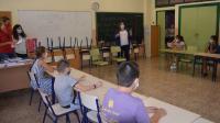 La concejala Julia Llopis, con algunos de los alumnos de las Escuelas Municipales de Verano, en el colegio Azorín