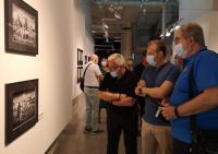 El concejal, con el presidente del Club Fotográfico y un miembro del Jurado, en la apertura de la muestra