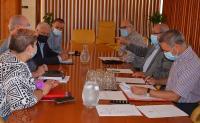 Instantánea de la Comisión de hoy, presidida por José Ramón González, que ha estado flanqueado por el concejal Manuel Villar