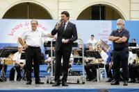 El alcalde se dirige al público, junto al concejal de Cultura y el director de la Banda, en los prolegómenos del concierto