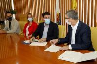 El alcalde de Alicante, Luis Barcala, y el conseller de Economía Sostenible, Sectores Productivos, Comercio y Trabajo, Rafael Climent, en la firma...