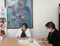 Firma de Julia Llopis y la presidenta de PRM-Reinserción de Mujeres, Rosa Escandell
