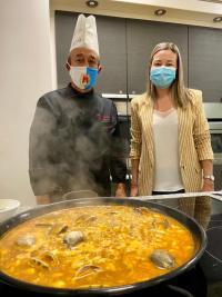 Concejala de Hostelería, Lidia López junto al chef José Gómez
