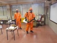 operarios desinfectando los colegios