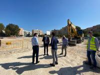 Parte de la corporación municipal visitando las obras