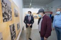 El alcalde, con los representantes de la isla, en la exposición