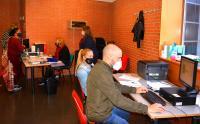 Julia Llopis visitó las aulas digitales y comprobó sobre el terreno la ayuda a los vecinos en sus trámites
