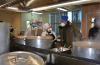 El alcalde, durante el recorrido por las cocinas en plena elaboración de los menús para hoy