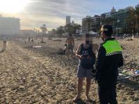 Policía Local controlando el cumplimiento de medidas anti-COVID en playas