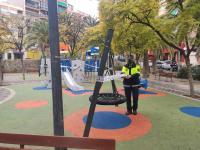 Policía local cerrando con cintas un área infantil de la ciudad