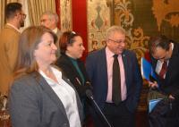 La concejala de Acción Social, Julia Llopis, en primer plano, en los preparativos de un pasado Pleno municipal