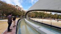 Adrián Santos Pérez en visita a la fuente del parque de la Plaza de la Viña
