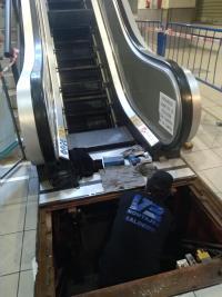 La reparación de la escalera averiada del Mercado Central ha sido posible tras recibir una pieza hecha a medida