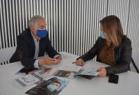 El presidente de la asociación, Eulogio Paz, con una técnico de Cultura, en los preparativos de la muestra