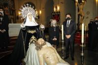 Luis Barcala y Mª Carmen Sánchez, ante la imagen del Cristo Yacente