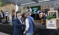 El concejal Antonio Manresa, en los preparativos del primer concierto, que se ofreció anoche en Cigarreras