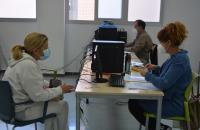 Atención a una vecina con sus gestiones en internet a través del centro Felicidad Sánchez