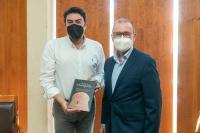 El alcalde de Alicante recibe de manos de Juanjo Berenguer el libro sobre la historia de los últimos 120 años de El Campello