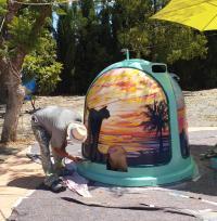 Pintando uno de los contenedores para su instalación en la isla