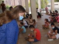 La concejala de Educación, Julia Llopis, en una pasada visita a una escuela de verano