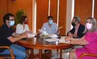 En la imagen, reunidos: el alcalde Luis Barcala, la vicealcaldesa Mª Carmen Sánchez, el concejal de Fiestas, Manuel Jiménez, la presidenta de la...