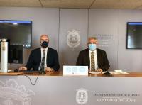 Los portavoces del equipo de gobierno del Ayuntamiento de Alicante, Antonio Manresa (der) y Manuel Villar (izq), en rueda de prensa informativa de ...