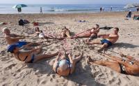 Una de las clases sobre la arena de la playa