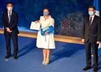 Mari Carmen Sánchez recoge el distintivo de la Banderas Azules