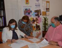 La concejala de Acción Social, Julia Llopis, en una sesión de trabajo en su despacho con el presidente de Cocemfe
