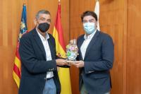 Luis Barcala recibe una escultura