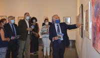 El concejal de Cultura, Antonio Manresa, escucha las explicaciones de Eulogio Paz, presidente de la Asociación 11-M Afectados del Terrorismo