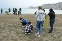 Recogida de residuos en playa La Almadraba