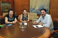 El alcalde junto a la presidenta y la secretaria de APAMM