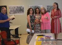 Un momento de la apertura de la muestra, con la concejal de Cultura