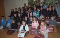 Imagen de grupo de niños premiados, acompañados por el Alcalde, Tenientes de Alcalde y el Capellán de la Santa Faz.