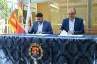 El alcalde y el rector rubrican el documento