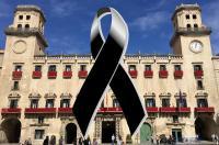 Ayuntamiento de Alicante con crespón negro
